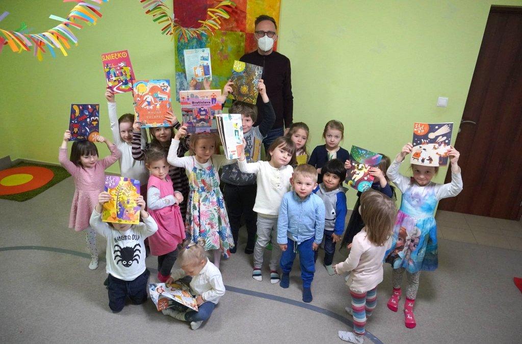 Michal Hvorecký a Slniečko s deťmi z Little Monkey
